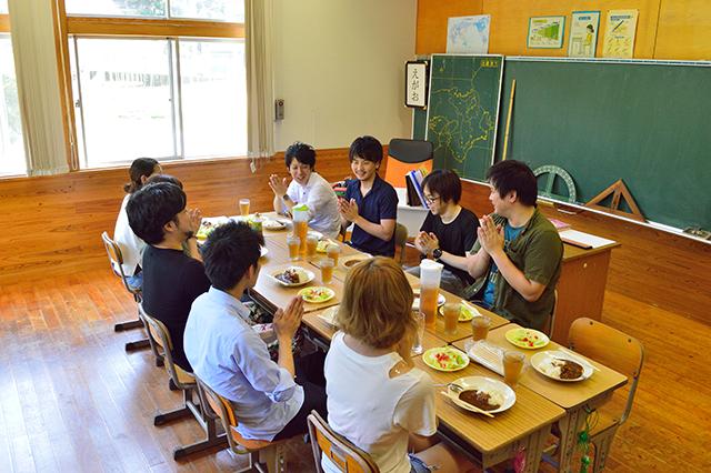 宮地東小学校 給食食べる