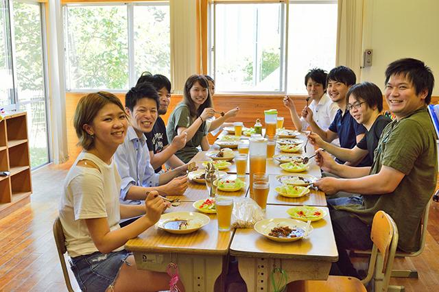 宮地東小学校 みんなで給食