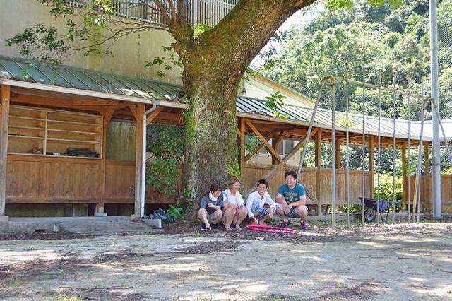 宮地東小学校 木の下